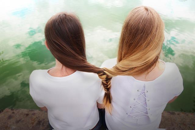 辛い三角関係では友情を優先するべき?友達と好きな人